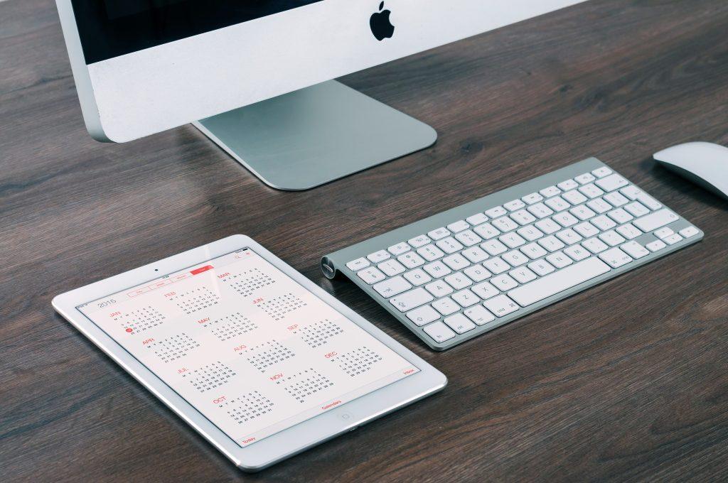 デスク上のパソコンとカレンダー
