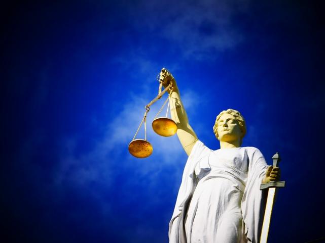 ネットで誹謗中傷!名誉毀損は「警察」「弁護士」どちらに相談すると良い?