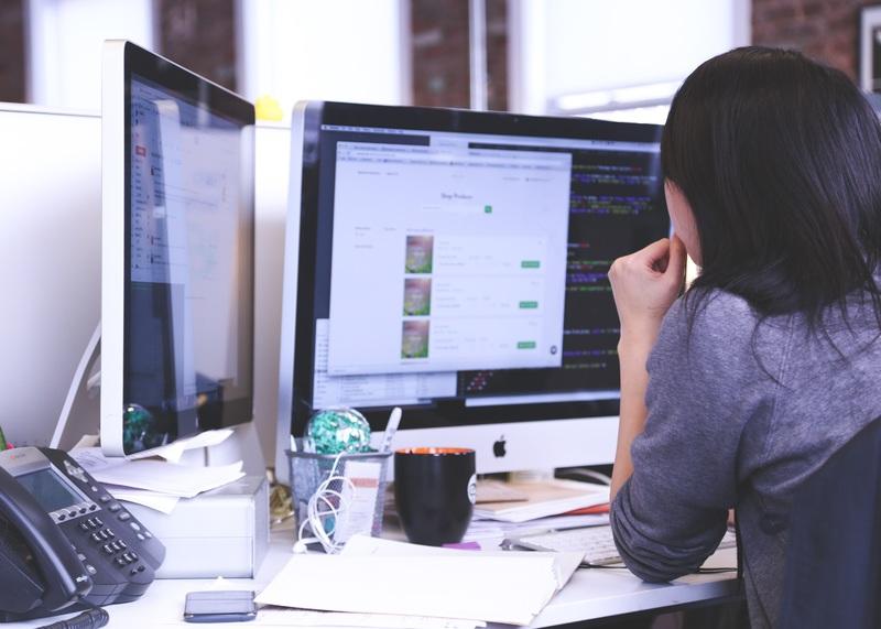 パソコンで仕事をしている風景